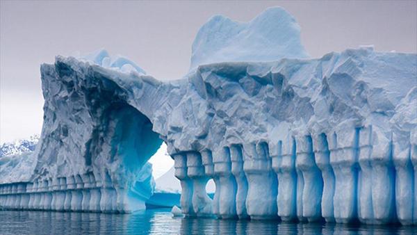 Los científicos descubrieron una enorme red de fracturas gigantes bajo la capa de hielo, que forman un conjunto de ríos, canales, cuevas y valles que alcanzan una profundidad de hasta 1.200 metros.