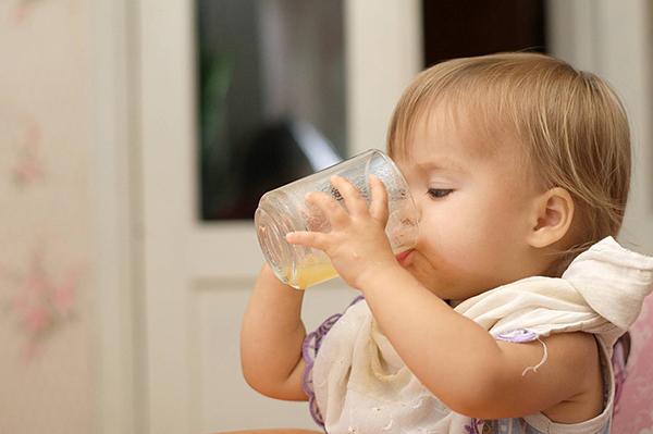 Resultado de imagen para niños bebiendo jugo