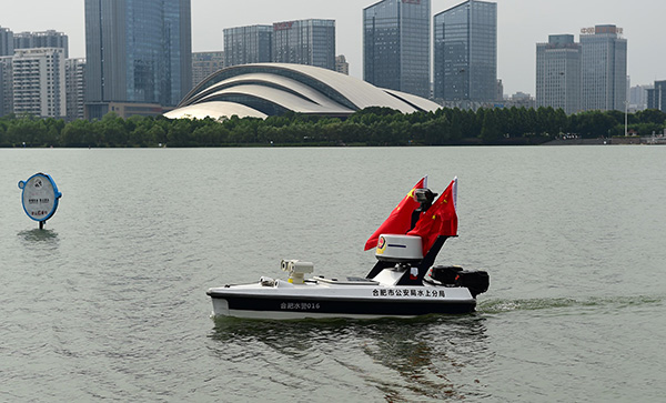 """Un barco que le puede """"chafar el negocio a Rosa Quintana de la Consellería do Mar"""".- El robot acuático que entró en servicio recientemente en Hefei, provincia de Anhui, evitará que la gente se ahogue a la vez que sustituirá a decenas de trabajadores en la"""