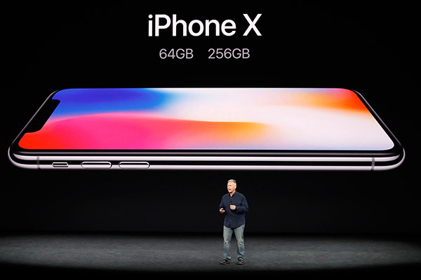 El vicepresidente de Marketing Mundial de Apple, Phil Schiller, presenta el iPhone X durante un evento de lanzamiento en Cupertino, California, EE. UU., el 12 de septiembre de 2017. [Foto / Agencias]
