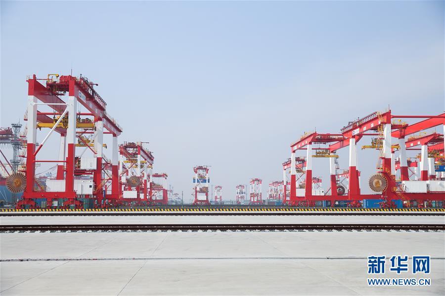 La mayor terminal automatizada de contenedores del mundo, cuarta fase del desarrollo del puerto de aguas profundas de Yangshan, en Shanghai, inició este domingo sus operaciones de prueba