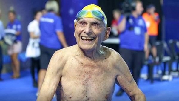 George Corones, un nadador de 99 años rompe récord mundial en Australia