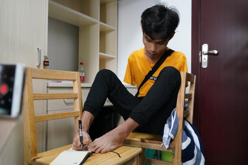 Zhu comenzó a aprender a nadar. Desde entonces, pasó todas las vacaciones de verano entrenando natación y, a los 12 años, fue seleccionado como miembro del equipo provincial de natación