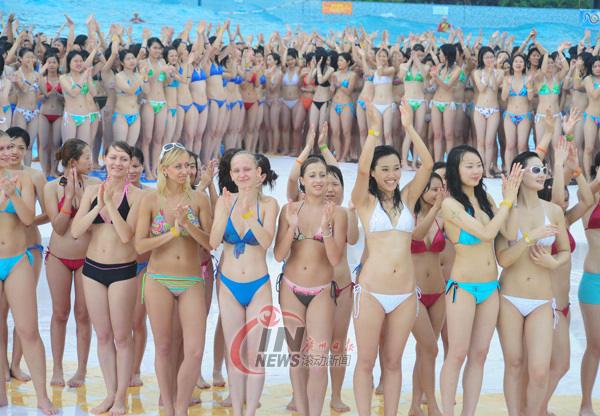 1202 Muchachas En Ceñido Bikini Forman Un Cuadro De Cinco