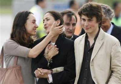 Ingrid Betancourt Se Re Ne Con Sus Hijos En Bogot