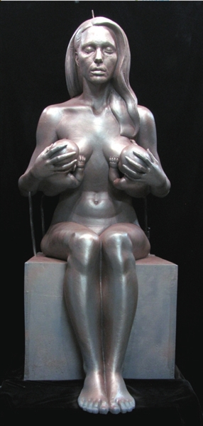 Viva escultura de Angelina Jolie esnuda dando pecho al