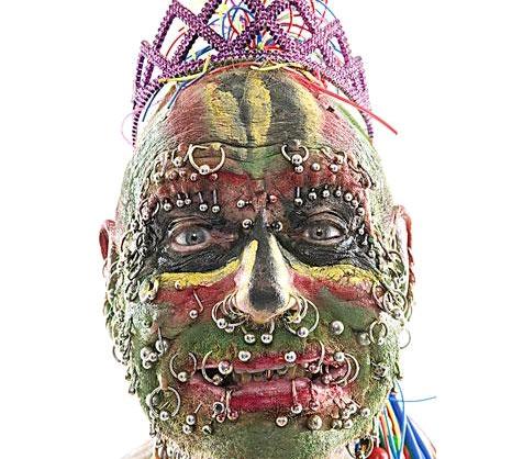 Hombre ingl s de 78 a os tiene 241 agujeros perforados en for Agujeros en el cuerpo