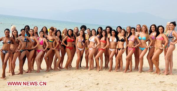 Chicas festejando en bikinis