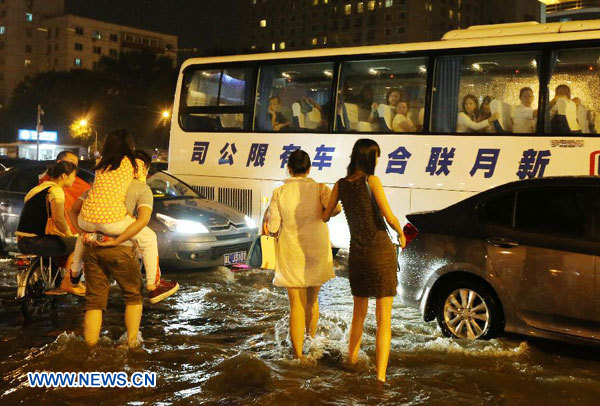 Lluvias torrenciales afectan tráfico aéreo en capital china