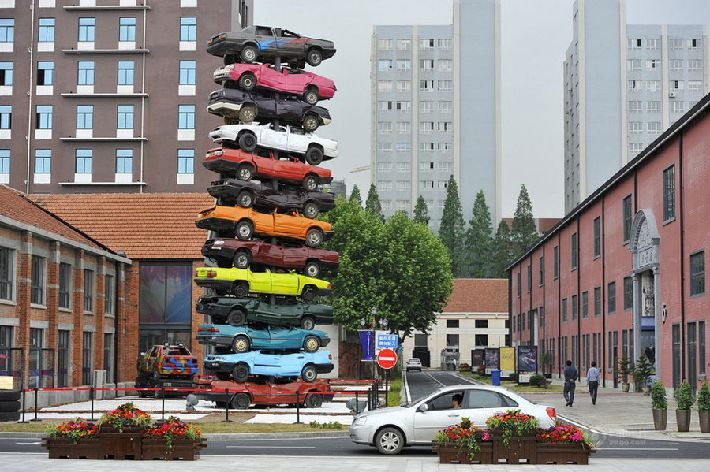 Pirámide de coches como forma de arte en China central