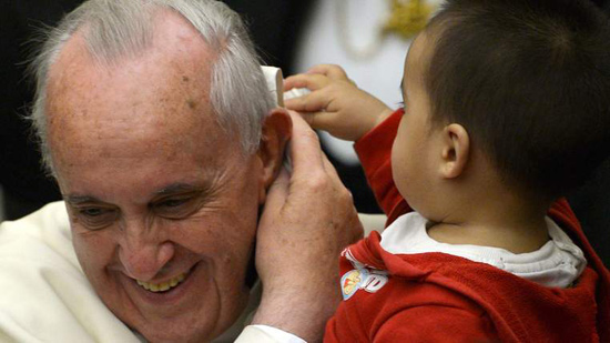 Niño le quita solideo al Papa Francisco