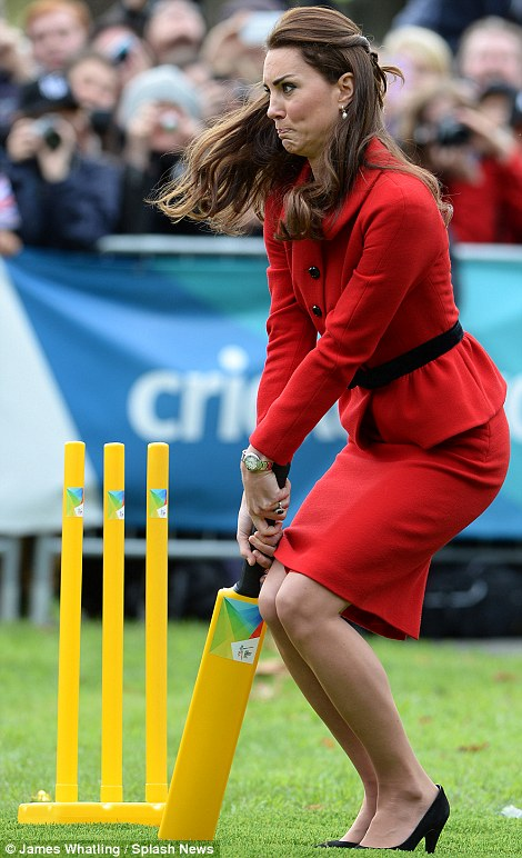 El príncipe William y Kate Middleton se divierten jugando cricket